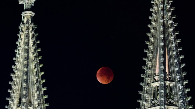 Cum s-a vazut eclipsa de Luna si Super Luna. GALERIE FOTO si VIDEO cu un eveniment astronomic foarte rar - Imaginea 9
