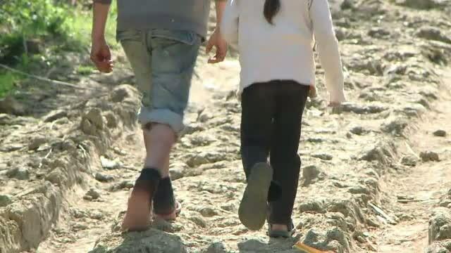 Doua surori minore, slugi la un cioban din Botosani. Barbatul abuza sexual de fetele lasate acolo de propria mama