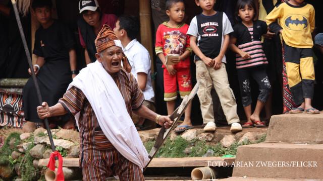 Ritual macabru pe o insula din Indonezia. Ce se intampla cu cadavrele odata la fiecare 3 ani
