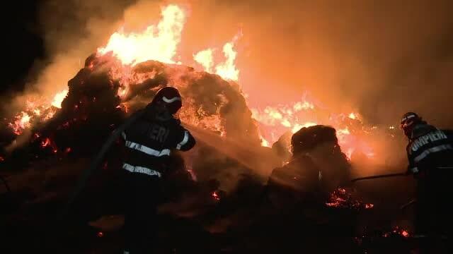 Incendiu violent la un depozit de baloti de paie de langa Buzau: \