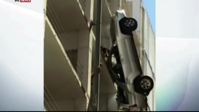 Cea mai proasta parcare a unei masini, in SUA. Cum a ajuns acest sofer sa stea suspendat la etajul 9