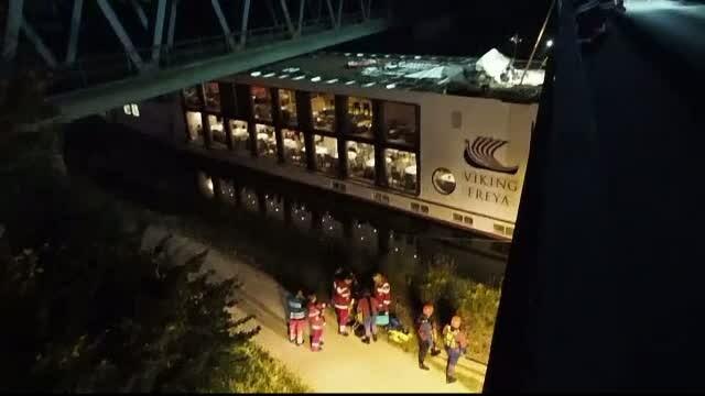 Croaziera pe Dunare sfarsita dramatic. Un vas cu 181 de pasageri s-a lovit de un pod feroviar
