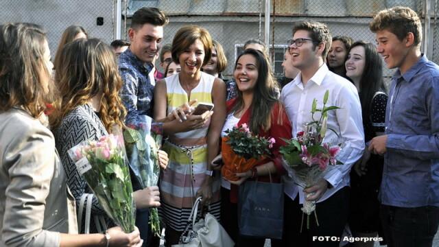 Carmen Iohannis si-a facut selfie cu elevii si a anuntat ca vrea sa ramana diriginta: