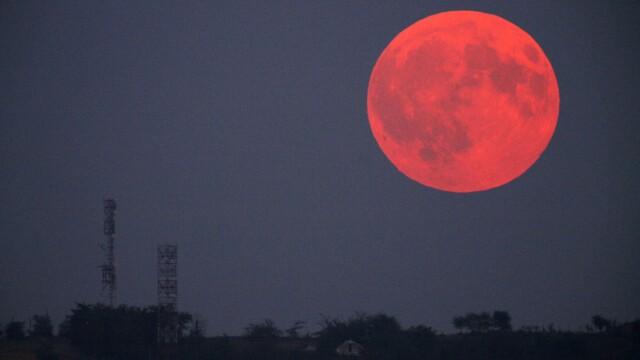 Eclipsa de Luna prin penumbra. Imagine cu spectaculosul fenomen, surprins aseara in Romania