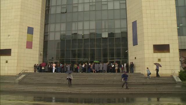 Grefierii au protestat in fata Tribunalului Bucuresti, nemultumiti ca muncesc peste program, din cauza lipsei de personal