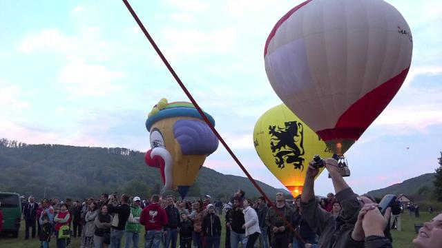 Parada baloanelor cu aer cald in Mures. Sute de oameni au venit la Campul Cetatii, iar unii curajosi au urcat pentru o tura