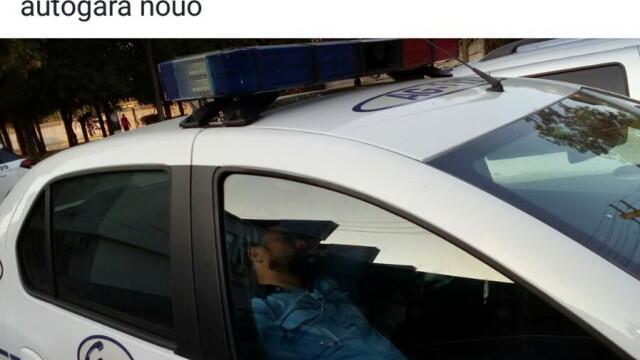 """Polițist pozat în timp ce """"dormea"""" în mașina de serviciu. Explicația tristă din spatele imaginii"""
