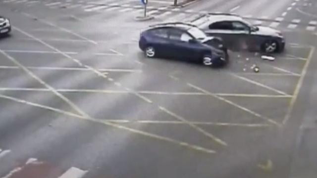 Accident violent în Timişoara. Un șofer a ignorat semaforul roșu și a izbit o altă mașină