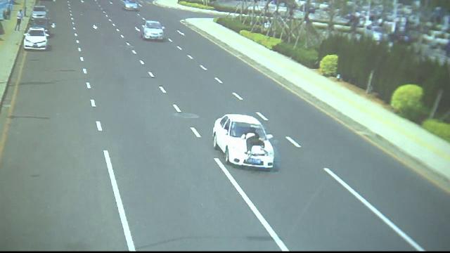 Un șofer a condus 2 km cu un polițist luat pe capotă. Cum s-a terminat cursa