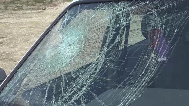 14 mașini, distruse de un bărbat care a început să arunce cu pietre în ele
