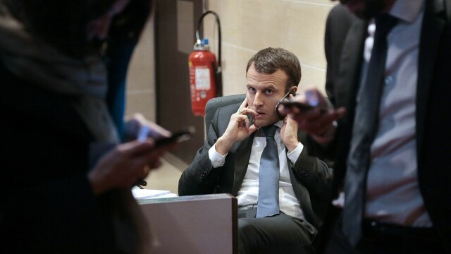 Emmanuel Macron vorbeste la telefon