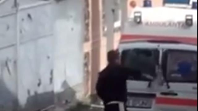 A chemat ambulanța, după care a devenit violent cu paramedicii. VIDEO