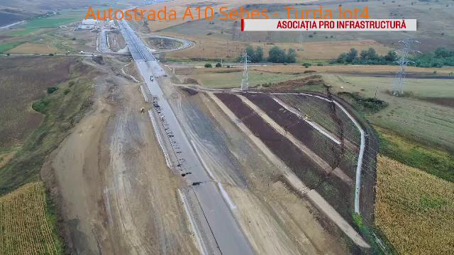 Bucată de autostradă, distrusă de un deal, în urma unei alunecări de teren