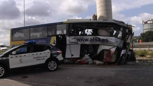 Cinci morți și 20 de răniți, după ce un autocar s-a izbit violent de pilonul unui pod