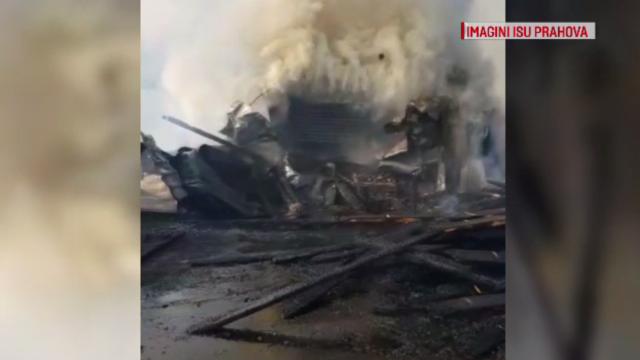 Incendiu puternic la un depozit de cherestea. Pagubele sunt însemnate