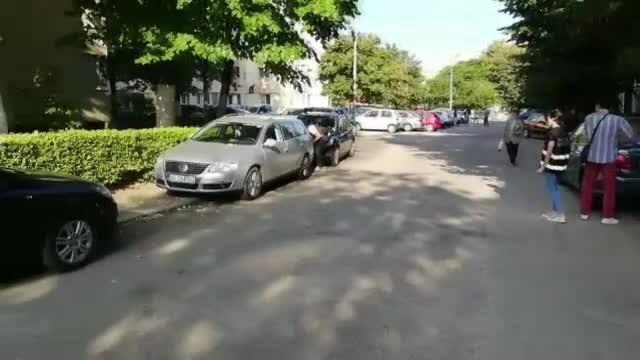 Maşini sparte într-o parcare din Piteşti. Singurul lucru furat de hoți