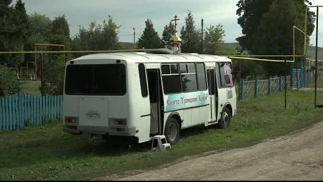 Un autobuz împodobit cu icoane și cu un altar amenajat înăuntru se plimbă prin Rusia