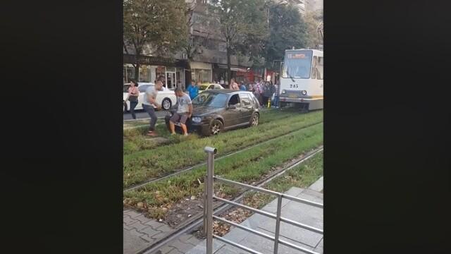 Pățania unui șofer care a încercat să fenteze traficul din București. VIDEO