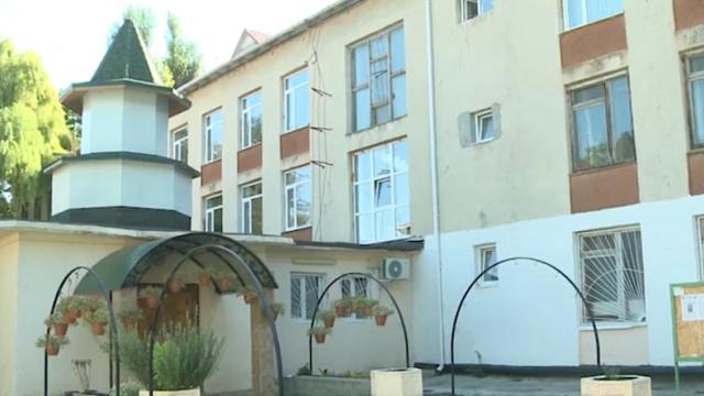 Biserică, în curtea unei grădiniţe din Moldova. Ar fi avut loc aici şi înmormântări