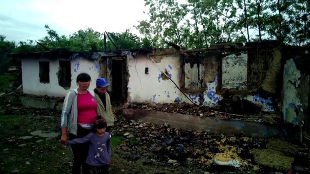 Trei copii sărmani vor avea din nou casa lor. Preotul a mobilizat toată comunitatea