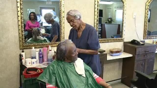 O frizeriţă merge în continuare la serviciu cu câteva luni înainte de a împlini 100 de ani