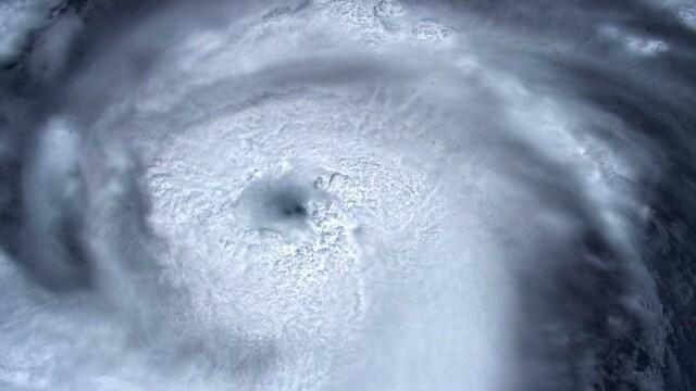 Imagini spectaculoase cu uraganul Dorian, de la NASA. Valurile ar putea atinge 6 m - Imaginea 1