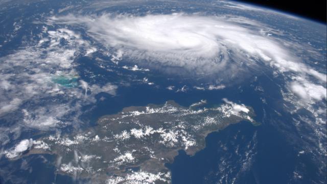 Cum arată din spațiu uraganul Dorian. Imaginile surprinse de un astronaut - Imaginea 2