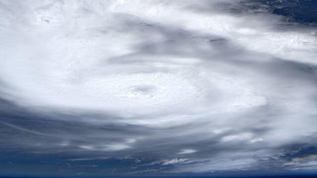 Cum arată din spațiu uraganul Dorian. Imaginile surprinse de un astronaut - Imaginea 3
