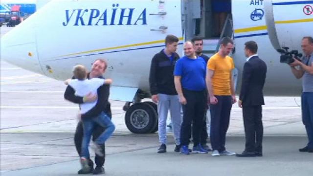 Schimb istoric de prizonieri între Rusia și Ucraina. Urale la sosirea avionului în Kiev - Imaginea 1