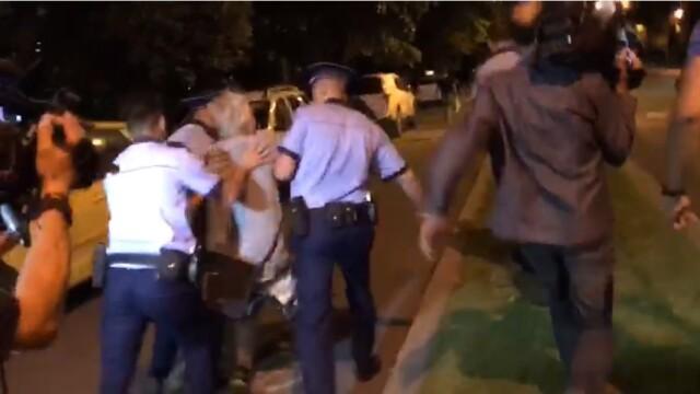 """Scandal în fața sediului PSD. Protestatarul """"Ceaușescu"""", ridicat de poliție. VIDEO - Imaginea 4"""