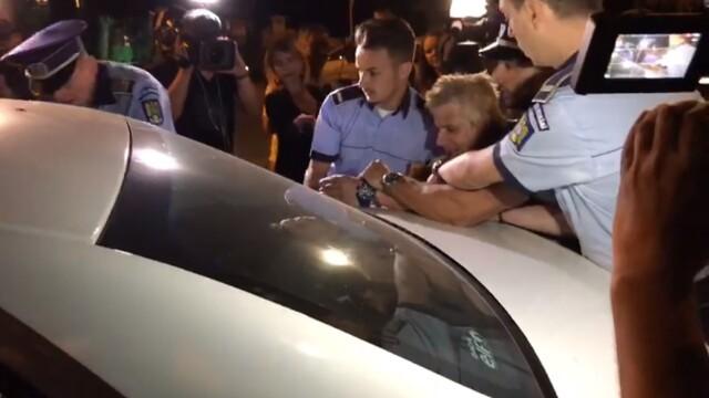"""Scandal în fața sediului PSD. Protestatarul """"Ceaușescu"""", ridicat de poliție. VIDEO - Imaginea 3"""
