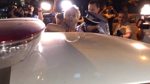 """Scandal în fața sediului PSD. Protestatarul """"Ceaușescu"""", ridicat de poliție. VIDEO - Imaginea 2"""