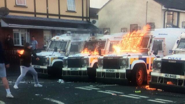 Poliţişti care dezamorsau o bombă, atacaţi cu cocktailuri Molotov