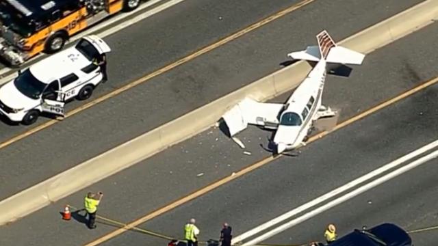 Un avion a ajuns pe o autostradă din Maryland și a lovit o mașină
