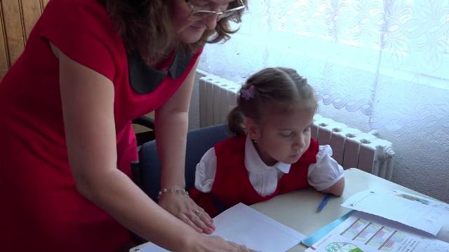Un munte de voință: Delia nu are nici mâini, nici picioare, dar învață să scrie în clasa I