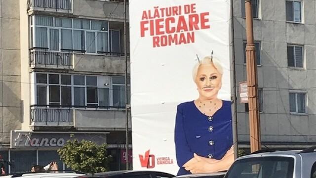 Corturi de campanie vandalizate la Buzău. Desenele apărute pe un banner cu Dăncilă - Imaginea 2