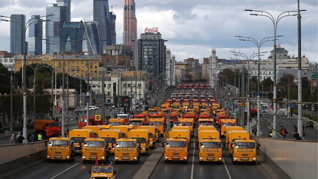 Paradă cu autobuze și utilaje pe străzile Moscovei