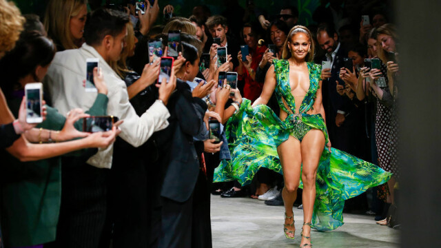 Jennifer Lopez, show incendiar pentru Versace. A defilat în rochia care a inspirat Google Images - Imaginea 7