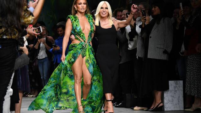 Jennifer Lopez, show incendiar pentru Versace. A defilat în rochia care a inspirat Google Images - Imaginea 6