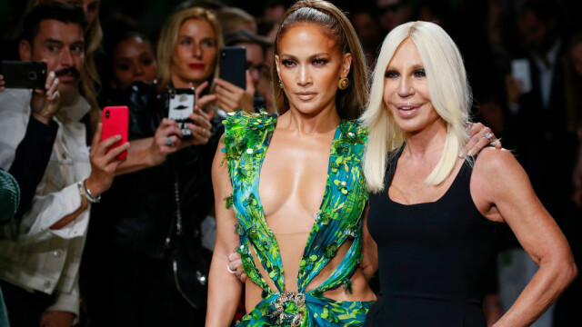 Jennifer Lopez, show incendiar pentru Versace. A defilat în rochia care a inspirat Google Images - Imaginea 5