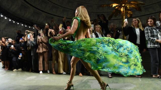 Jennifer Lopez, show incendiar pentru Versace. A defilat în rochia care a inspirat Google Images - Imaginea 3