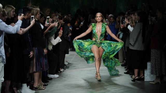 Jennifer Lopez, show incendiar pentru Versace. A defilat în rochia care a inspirat Google Images - Imaginea 2