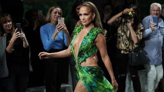 Jennifer Lopez, show incendiar pentru Versace. A defilat în rochia care a inspirat Google Images - Imaginea 1