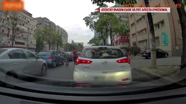 Poliția Capitalei face cercetări după ce doi bărbați au fost bătuți în mașină, la semafor