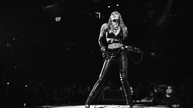 Ce a pățit un fan obsedat de Miley Cyrus, în timpul unui concert din Las Vegas - Imaginea 2