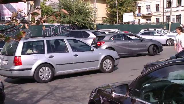 Criza locurilor de parcare: 5 șoferi se bat pe un loc în București. Soluţia găsită în Cluj