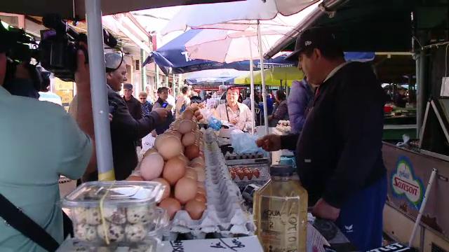 Carne tinută la temperaturi mari și ouă puse în soare, pe tarabe. Explicația comercianților