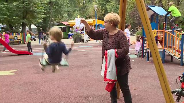Proiect de lege. Bunicii ar putea fi plătiți să stea cu nepoții, cu o condiție însă