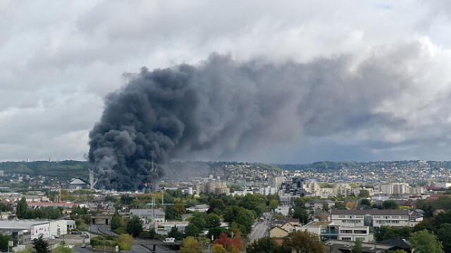 Incendiu uriaș la o uzină chimică în Franţa. Școli şi grădiniţe închise. Imagini apocaliptice - Imaginea 1