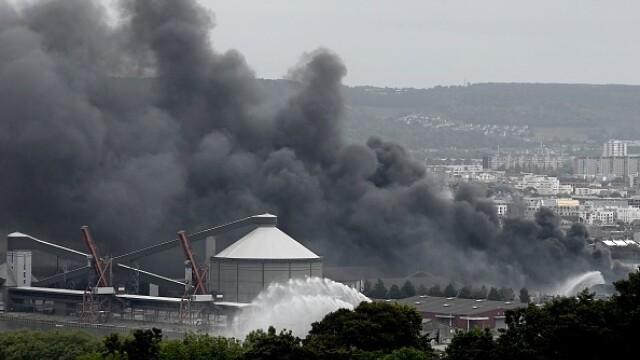 Incendiu uriaș la o uzină chimică în Franţa. Școli şi grădiniţe închise. Imagini apocaliptice - Imaginea 14